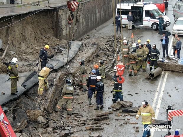 Спасателям не удалось сразу поднять плиту, её пришлось разбить на куски