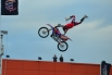 Спортсмен держит мотоцикл