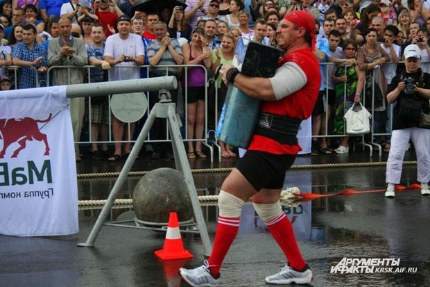 Российский спортсмен заключил в железные объятия 200-килограммовый предмет