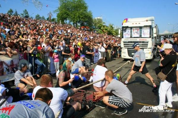 Спортсмены тягали 50-тонный грузовик