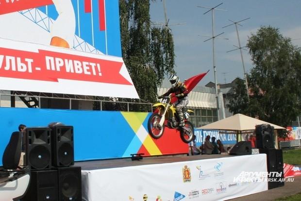 Над главной сценой в честь праздника пролетали мотоспортсмены,демонстрируя свой профессионализм
