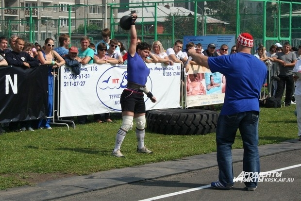 Гиря Дикуля для участниц женского силового экстрима - одно из самых простых упражнений.