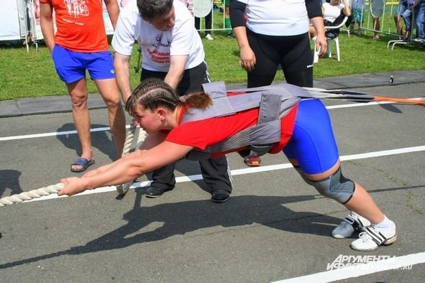 Чтобы упражнение выполнить правильно, нужно в буквальном смысле лечь, держась за канат и перебирать ногами