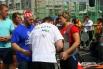 Спортсменок тщательно готовили к выполнению упражнения - проверяли надежность специального жилета