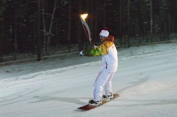 Олимпийский огонь в руках сноубордиста. В Бобровом логу.