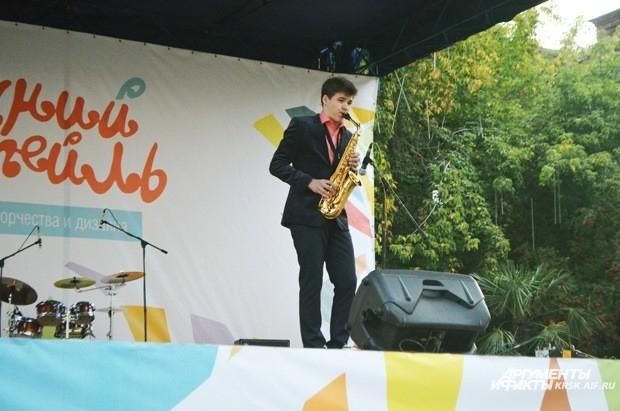 Игра на саксофоне взбодрит зрителей