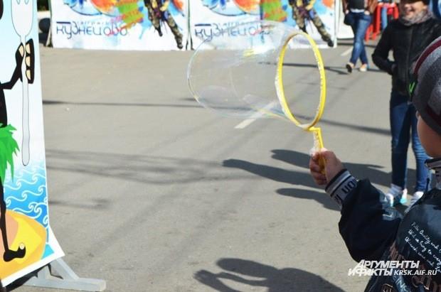 Дети выдували огромные мыльные пузыри