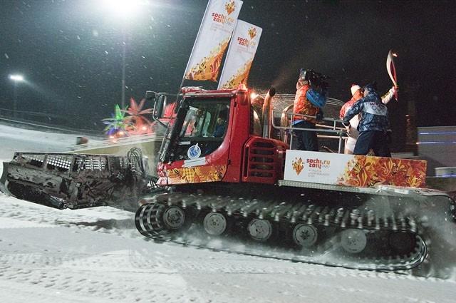 Олимпийский факел на снегоходе.