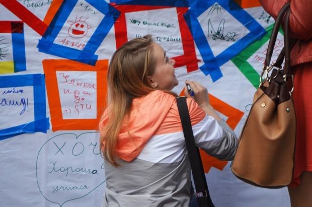 Горожанам предлагалось написать пожелания, признания или просо добрые слова на стенде