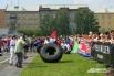 Такое колесо, которое переворачивали участницы соревнований по силовому экстриму весит 180 килограмм