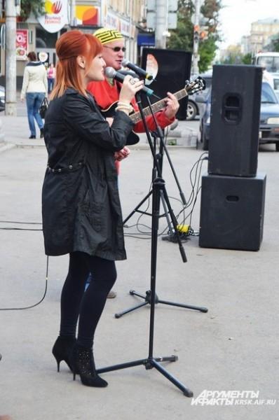 Группа разные люди радовала своими песнями и собирала средства на лечение А.Костюшкина
