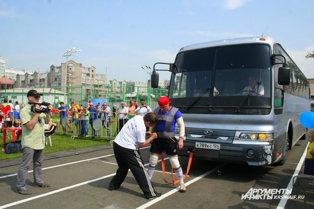 Женщинам все по плечу, даже автобус сдвинуть