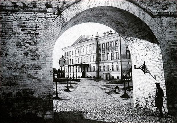 Вид на Дом губернатора через арку около Георгиевской башни Нижегородского Кремля
