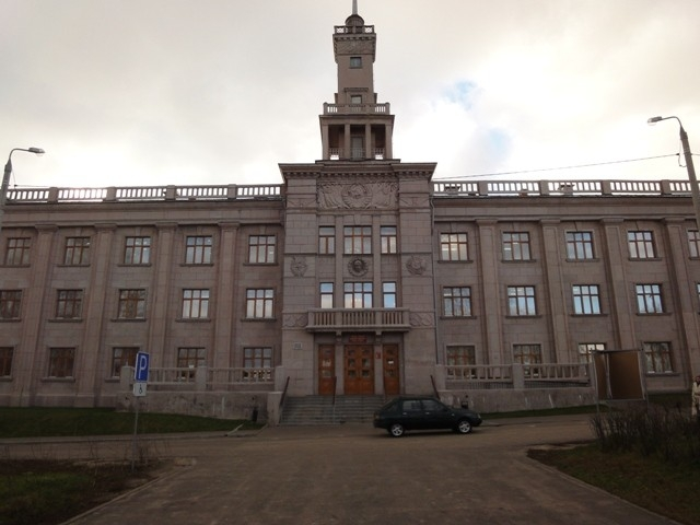 Помпезное здание центра туризма «Русские крылья» на набережной