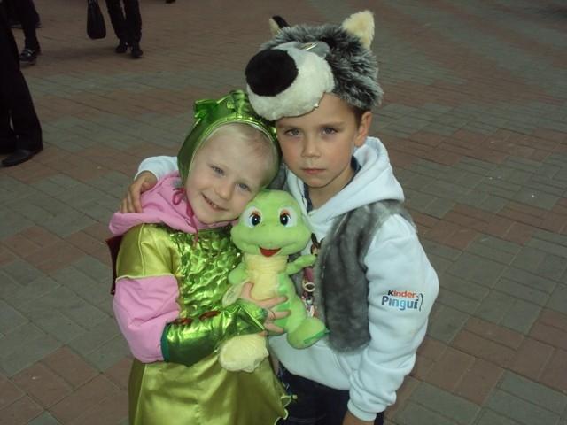 Вероника с любимой игрушкой и двоюродным братом