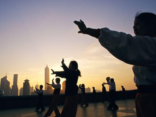 В парках и скверах жители Поднебесной занимаются гимнастикой цигун.