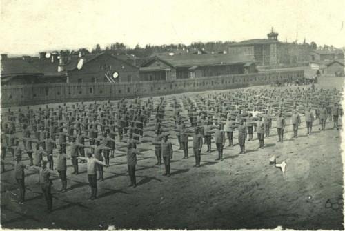 Тренировка солдат на плацу