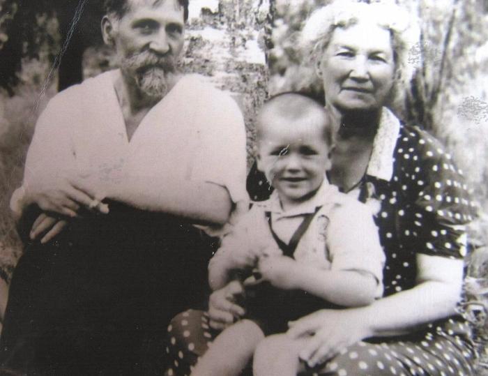 Отец Александр Николаевич, сын Олег и тётя (вторая жена отца) Елена Адольфовна в 1937 году, Ленинград