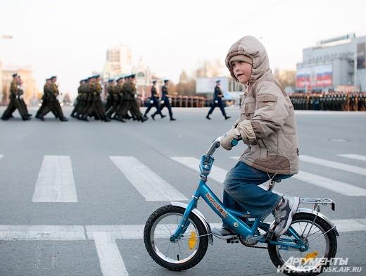 9 мая на площади Ленина прошел парад посвященный Дню Победы.