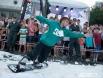 """В день города у театра """"Глобус"""" создали снежную горку и провели соревнования по сноуборду и горным лыжам."""