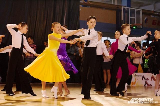 За первый приз спорили почти сто танцевально-спортивных клубов из 25 городов России.