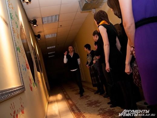 Экскурсия по театру. Коридор зеркал и отпечатков рук актеров.