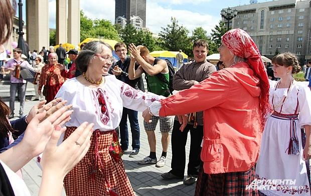 В День города на нескольких площадках развернулись праздничные программы, посвященные 120-летнему юбилею Новосибирска.