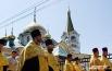 Священнослужители несли большую икону святых Петра и Февронии, покровителей всех православных семей.