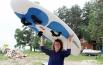 Короткое лето, холодные ветер и вода закаляют спортивный дух юных серферов