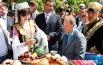 Перед Оперным театром развернулась площадка с участием представителей разных народов мира. Губернатор Василий Юрченко смог попробовать настоящий казахский чай