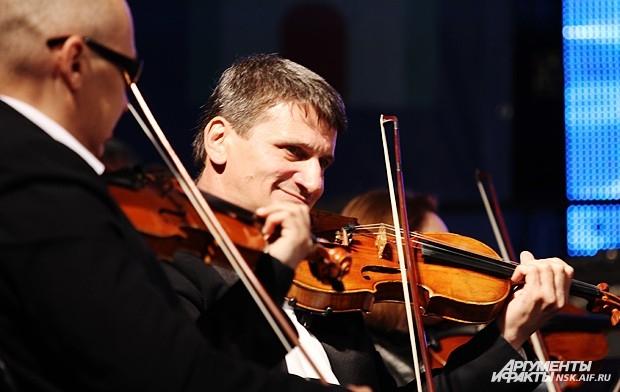 А на ступенях Оперного театра ближе к вечеру развернулся концерт симфонического оркестра Новосибирска.