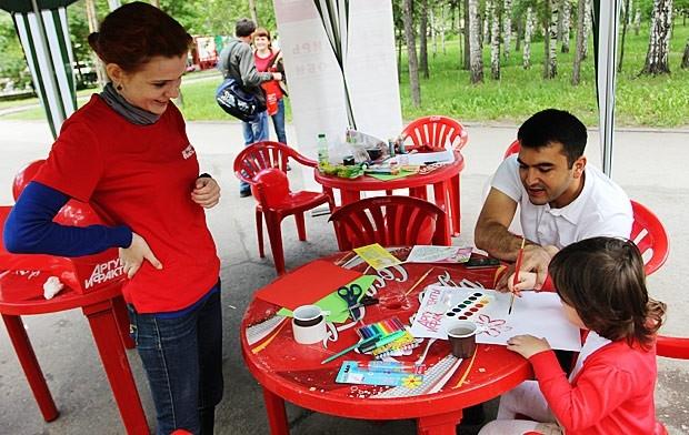 Редакция АиФ-Новосибирск тоже поздравила новосибирцев с юбилеем города. Детки рисовали красками то, как должна выглядеть наша газета