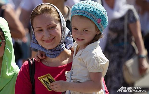Пришедшие на праздник наблюдали за выступлениями творческих коллективов Новосибирска