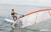 В его основе лежит мастерство управления на водной поверхности лёгкой доской небольшого размера с установленным на ней парусом.