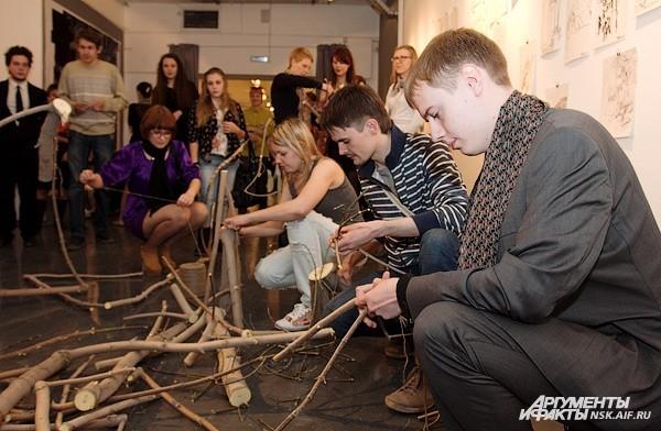 Здесь же новосибирцам предложили смастерить арт-объекты из подручных материалов