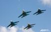 Итребители четвёртого поколения Су-27 вызвали бурный восторг гостей праздника, подарив им зрелищное шоу.