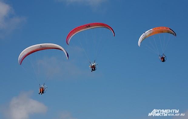 Гостей праздника ожидала насыщенная праздничная программа. В нее вошли показательные прыжки  с элементами купольной акробатики лучших парашютистов Новосибирской области