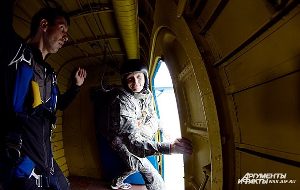 К примеру, многие отказываются прыгать уже на борту самолета