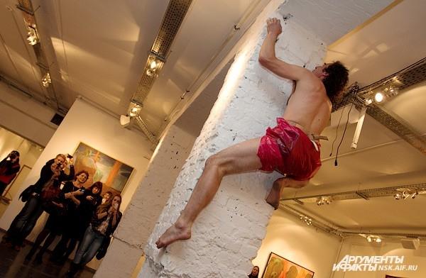 Эксцентричный художник Томас Путце удивил своим выступлением: забрался на кирпичную колонну безо всяких приспособлений и продержался на ней около десяти минут...