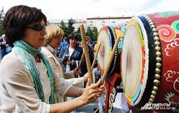 Любой желающий мог поиграть на национальных музыкальных инструментах.