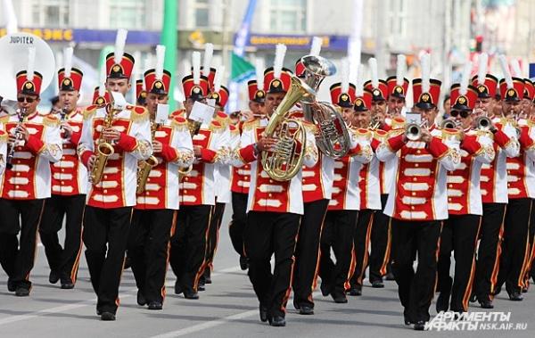 Утром в центре Новосибирска раздались звуки труб и волынок: стройным шагам мимо жителей маршировал парад оркестров.