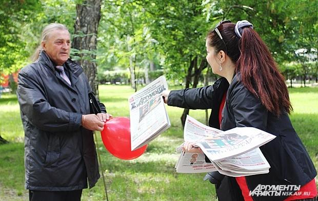 Корреспонденты редакции раздавали газету новосибирцам. «Я читаю АиФ уже 12 лет. Мне нравится, что у вас все сбалансирована», - поделился читатель Иван