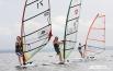 Юные спортсмены рассекают поверхность озер и водохранилищ на виндсерфингах с легкостью