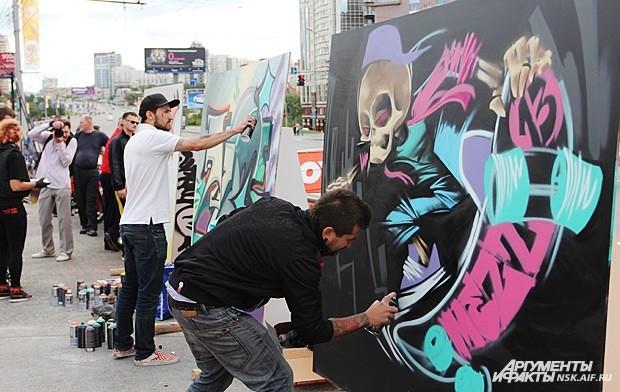 Для художников-граффитистов было поставлено несколько больших досок под их шедевры