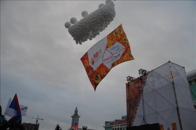 Старт эстафеты ознаменовали запуском в небо шаров.