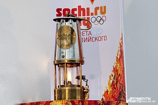 Лампада, в которой перевозят олимпийский огонь. Ее на привокзальную площадь Новосибирска принесли хранители огня и руководители города и области.