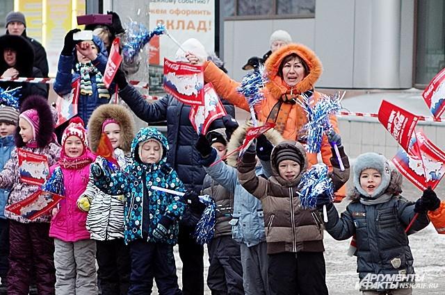 Будущие олимпийские чемпионы с энтузиазмом приветствовали огонь зимней Олимпиады-2014