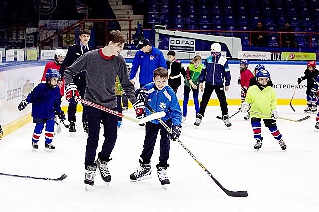 На льду было много любителей хоккея