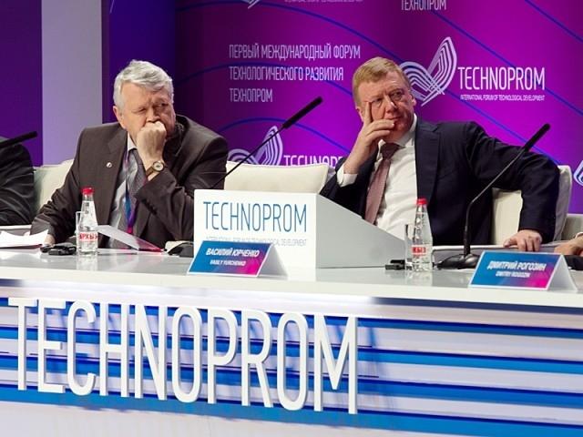 Председатель правления «Роснано» Анатолий Чубайс и председатель СО РАН Александр Асеев на пленарном заседании
