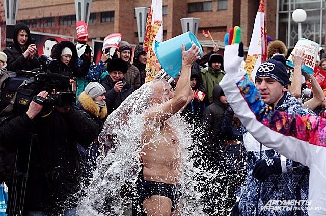 Новосибирские моржи по-своему приветствовали огонь зимней Олимпиады